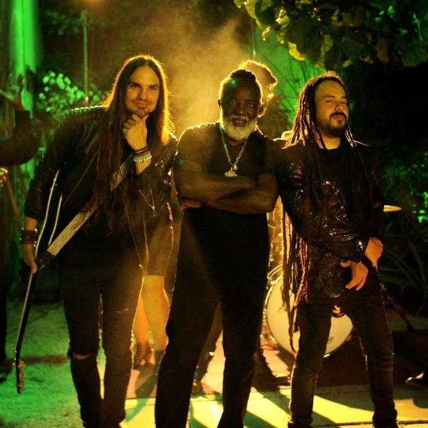 New Video Locos Por Juana + Jamaican Reggae Legend Freddie McGregor