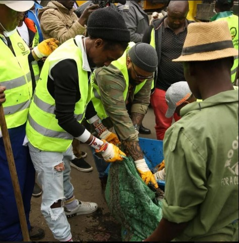 Jah Cure Helps To Keep The Streets Of Kenya Clean 3